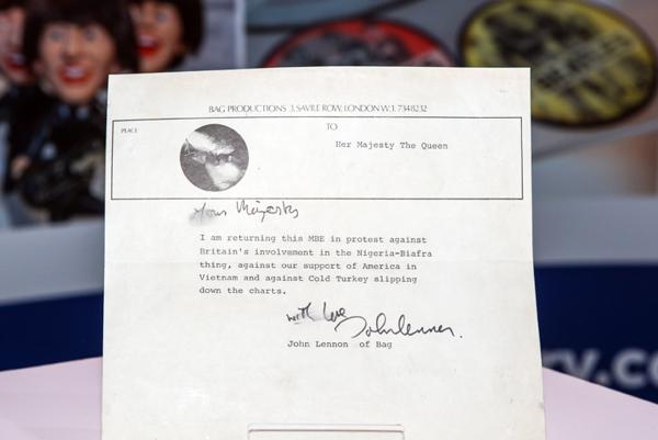 List pre kráľovnú. John Lennon zrejme odoslal novú verziu, nie tú rozmazanú.