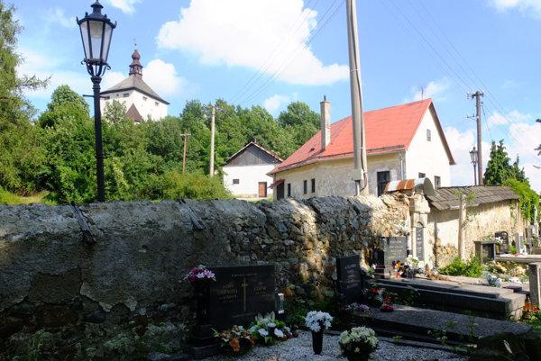 Z Nového zámku vidieť na viaceré miestne cintoríny.