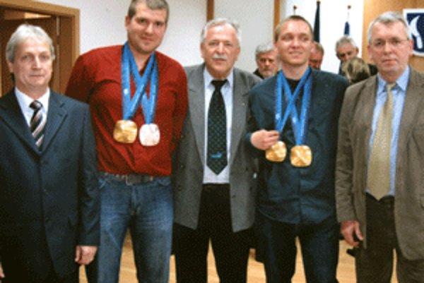 Jakub Krako (druhý sprava) a Juraj Medera (druhý zľava) s členmi Olympijského klubu Prievidza.