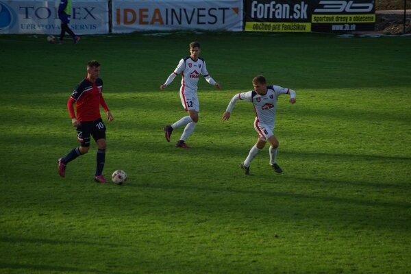 Futbalisti MFK pozorne sledujú súperovho hráča
