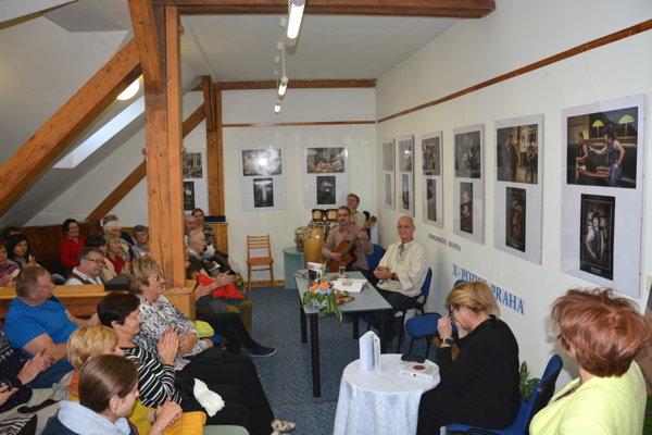 Beseda v Gemerskej knižnici. Jozef Banáš po roku znovu debatoval sRožňavčanmi ojeho zážitkoch iživote.