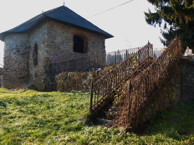 Vodný hrad v Štítniku. Liatinové zábradlie vedúce kvodnému hradu vŠtítniku.