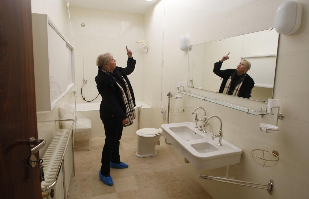 Zariadenie kúpeľne aj po osemdesiatich rokoch stále pôsobí moderne.