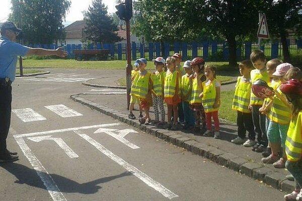 Deti sa na dopravnom ihrisku učia základné pravidlá cestnej premávky.