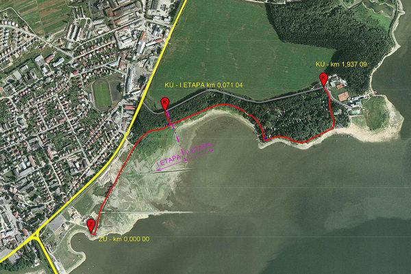 Červenou farbou je vyznačená trasa náučného chodníka okolo Oravskej priehrady.