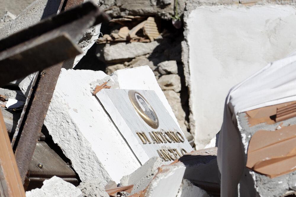 Pomník na zničenom cintoríne.