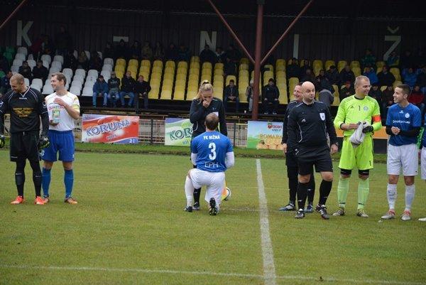Hráč Nižnej Ľubomír Vajdečka si pred oravským derby pokľakol a požiadal o ruku rozhodkyňu Petru Lepáčkovú.