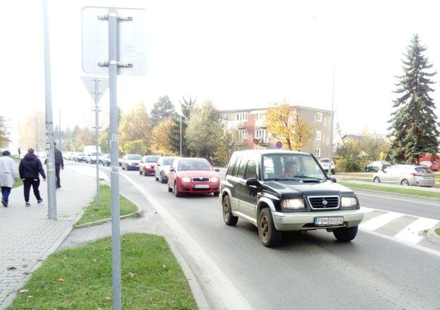Kolóny na Kukučínovej ulici, ktorá sa napája na veľký kruhový objazd pod diaľničnou estakádou.