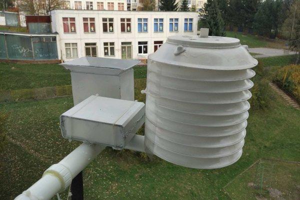 Meteostanica je umiestnená na panelovom dome.