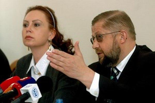 Denník SME nedávno prišiel na to, že Štefan Harabin posiela Ivette Macejkovej mailom vtipy. Niekedy odídu na Ústavný súd aj dokumenty, z ktorých do smiechu nie je.