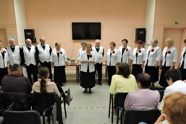 Finalistom súťaže sa predviedol aj spevácky súbor Slnečnice.