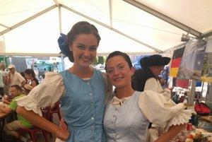 V likavskom kroji sa predviedli dievčatá Miriam Bystričanová a Mária Babicová.