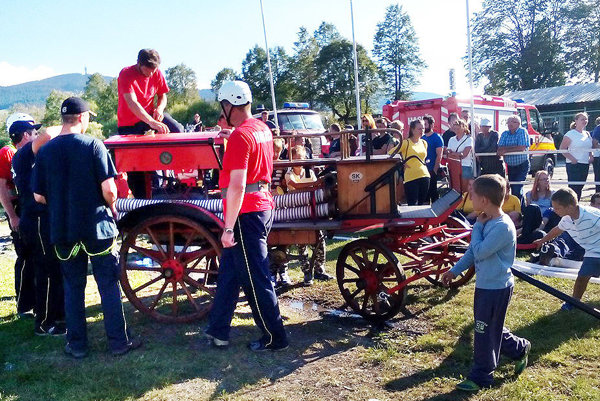 Dnešní dobrovoľní hasiči so storočnou striekačkou.