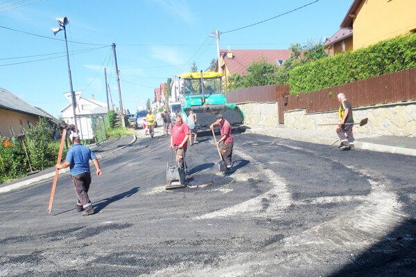 Každý rok samospráva investuje veľkú časť z rozpočtu do opravy ciest a chodníkov.