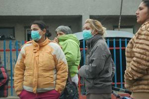 V bardejovskej časti Poštárky začali po smrti dvoch susedov s prasacou chrípkou nosiť rúška.