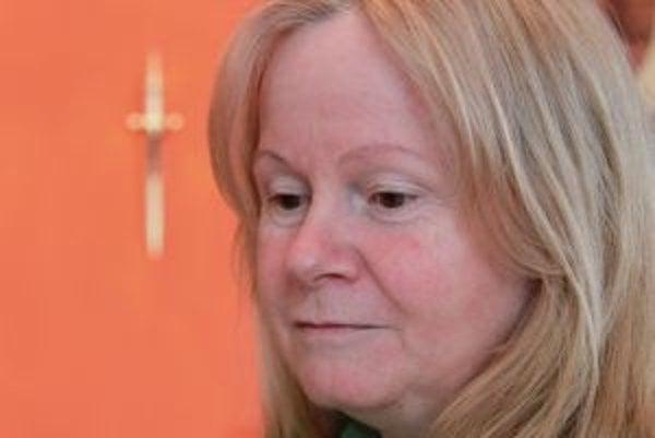 Narodila sa v roku 1958 v Bratislave. Po maturite na gymnáziu pracovala ako sekretárka a asistentka, po materskej dovolenke ako administratívna pracovníčka na ekonomickom oddelení. Následne začala pracovať pre Správu kín v Bratislave ako programová refere