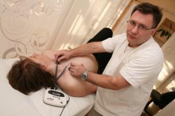 MUDr. Fesenko hovorí, že dobrý lekár je ten, ktorý vie používať všetky metódy. Tak sa aspoň tvrdilo v starej Číne. Využíva napríklad aj tradičnú čínsku medicínu, avšak nepovažuje sa za alternatívneho liečiteľa.