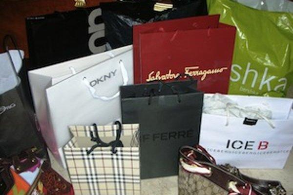 Neviete odolať nakupovaniu a hromadia sa vám v skrini nepotrebné veci? Možno sa z vás stáva shoppaholik...