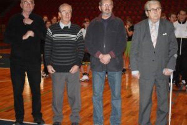 Tréneri Ivan Chrenka (zľava), Július Liebenberger, Ján Pavlák a Juraj Pasovský najst. sa stali spoločne s Martinom Nuchalíkom a Kazimírom Kuklom čestnými členmi BC Prievidza Mládež.