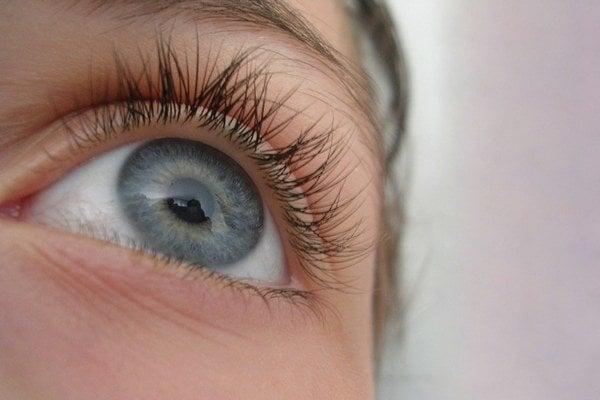 Zášklby očných svalov často spúšťa stres.