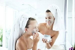 Pleť možno hydratovať aj pomocou masky.