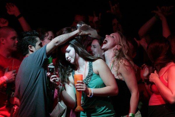 U mladých je populárne nárazové víkendové pitie.