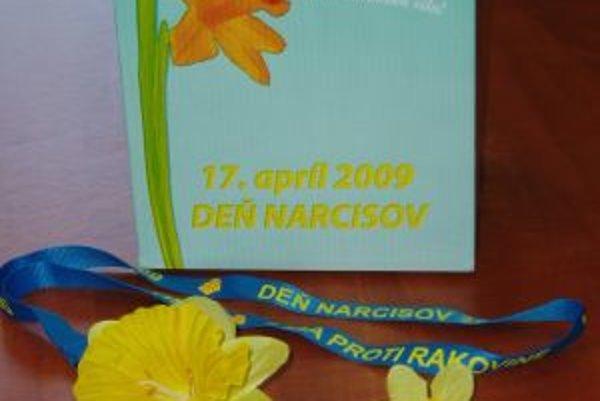 Registrovaní dobrovoľníci Ligy proti rakovine majú identifikačné prvky v žlto-modrej kombinácii označené aktuálnym dátumom.