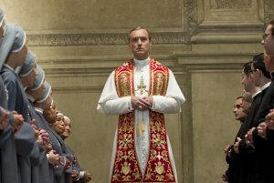 Jude Law v hlavnej úlohe seriálu Mladý pápež.