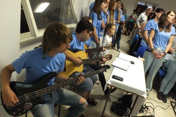 Počas svätej omše, ktorú vedú saleziáni dona Bosca v Rožňave, spievajú veriaci v hudobnom sprievode gitár. Je to jeden z dôvodov, pre ktorý musia odísť?