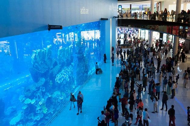 Akvárium v Dubai Mall slúži podobne ako veľká obrazovka.