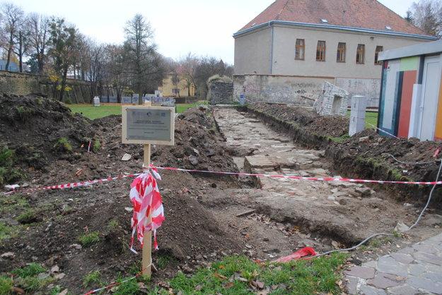 Pod zeminou sa skrývali zvyšky hradbového múra.