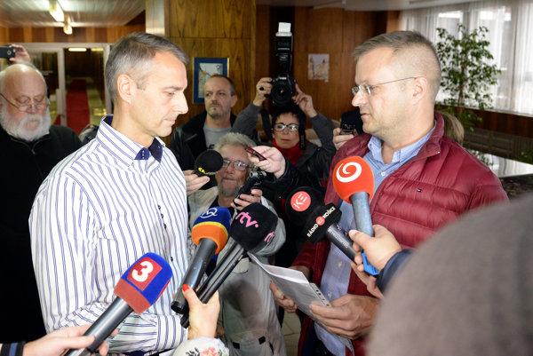 Igor Petrovčík (vpravo) informuje o petícii primátora Košíc Richarda Rašiho.