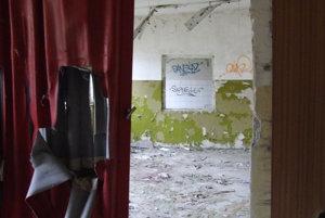 Interiér menšej budovy v areály. Odsúvacia stena bola za socializmu hitom.