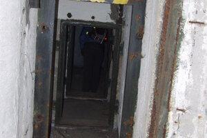 Interiér jedného z troch bunkrov. Vo vnútri sú rôzne zákutia a priechody.
