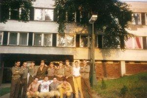 Vojaci pred kasárňou v čase, keď ešte všetko fungovalo.