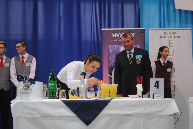 Jedna zo súťažiacich pri príprave miešaných nápojov.