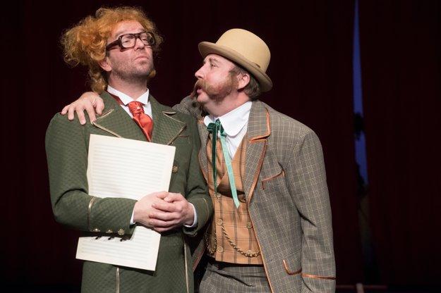 Michal Soltész (vľavo) ako zbormajster Muzikfuteral a Stanislav Pitoňák ako majiteľ opery Katarín Putňa.