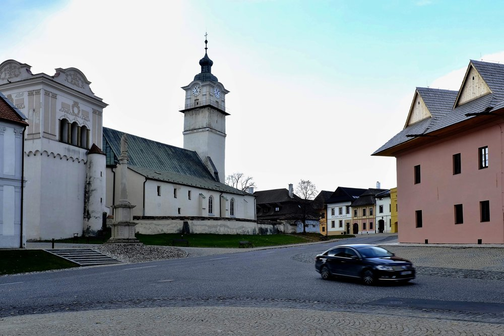 Na snímke časť historického námestia s renesančnými domami, zvonica z roku 1598 a Kostol svätého Juraja.