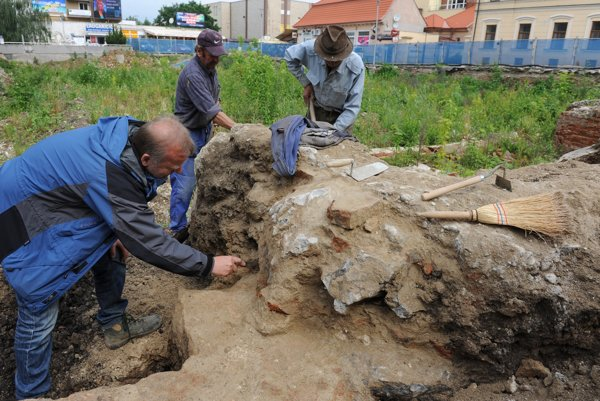 Archeológ Mateja Ruttkay (vľavo) počas prieskumu predsunutého opevnenia v centre Trenčína 27. mája 2010.