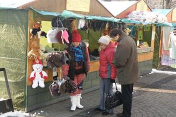 Ľudia trhy využívajú aj na nákup vianočných darčekov.