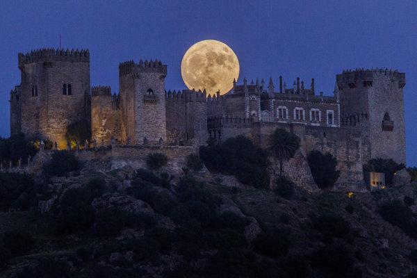 Supermesiac za hradom Almodovar v španielskej Cordobe.