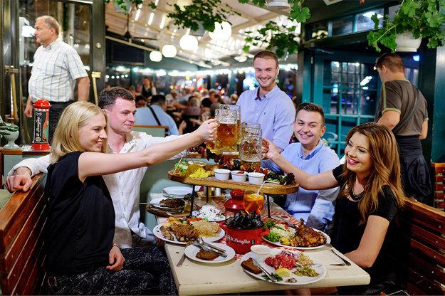 Varšavská gastronómia. Pivo nosia rovno v litrákoch. Menu láka na špeciality.