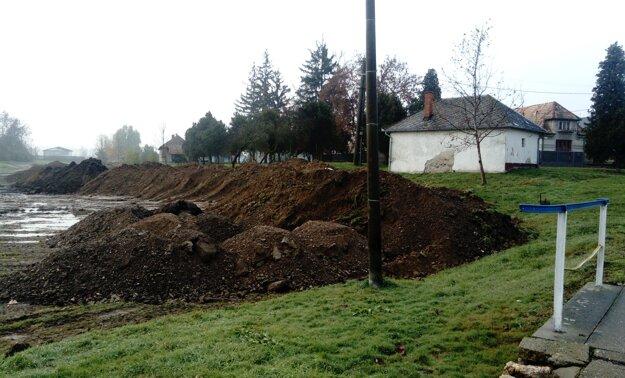 V zadnej časti parcely, vedľa kostola, už začali s navážaním zeminy.
