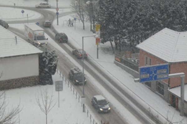 Vodiči by ani napriek sneženu nemali mať na cestách väčšie problémy.
