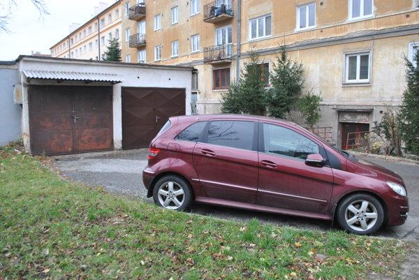 Pred garážou Gaja. Staromešťanom sa nepozdáva, ako parkuje starosta Severu.