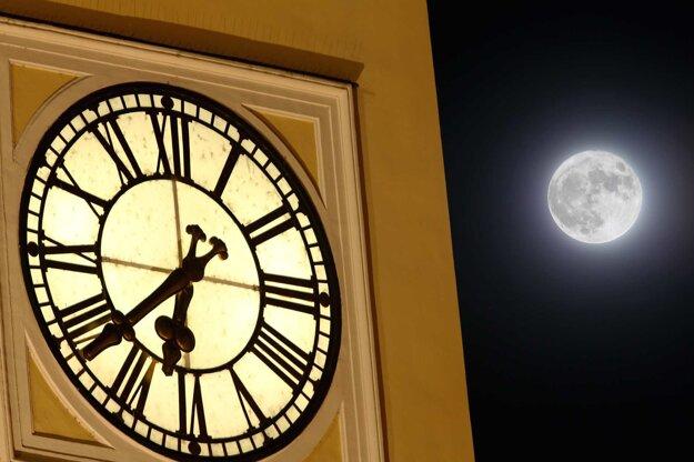 Na Šikmej hodinovej veži v Banskej Bystrici Supermesiac skontroloval, či idú presne.
