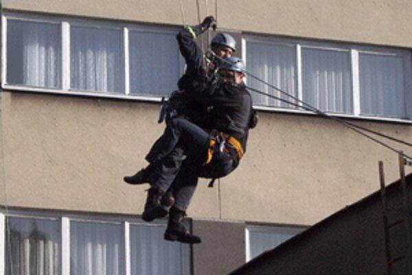 Počas taktického cvičenia si hasiči overili zručnosti i koordináciu.