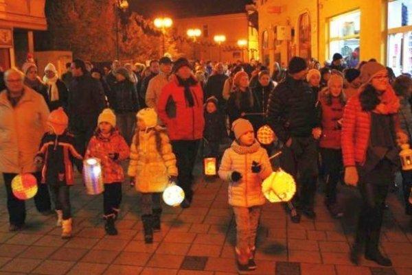 Vďaka Lampiónovému sprievodu sv. Martina boli ulice centra plné ľudí aj nezvyčajne večer.