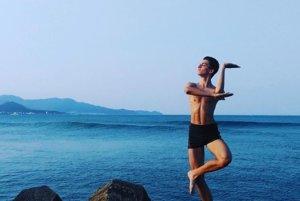 Filip Martinský tancuje na brehu mora balet vo chvíľach voľna.