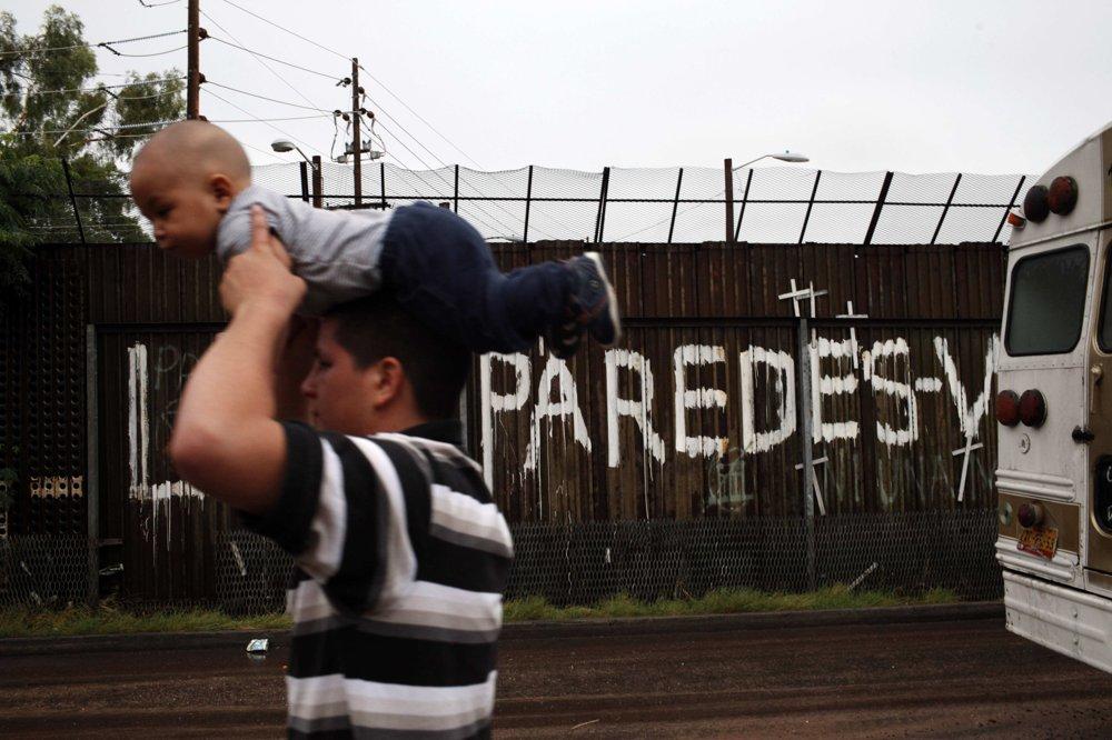 Otec so svojím synom neďaleko americko-mexickej hranice v mexickom meste Nogales. FOTO – SITA/AP